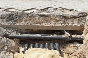 Strassenbauarbeiten - Verlegung von Leerrohr in einer Baugrube