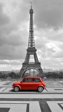 Wieża Eiffla z samochodu. czarno-białe zdjęcie z czerwonym elementem.