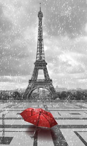 Foto op Plexiglas Parijs Eiffel tower in the rain. Black and white photo with red element
