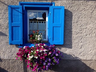 finestra di casa di montagna