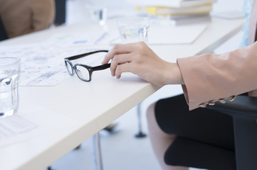 Women who take the glasses on the desk