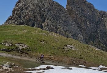vététiste en montagne dans les alpes