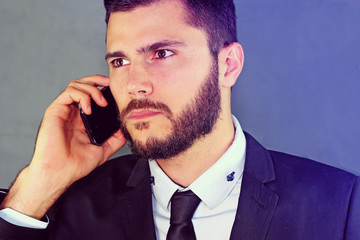homme qui téléphone