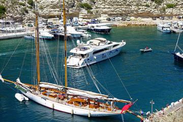 Voilier et yacht dans le port de plaisance de Bonifacio en Corse