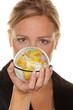 Frauen mit Globus in der Hand