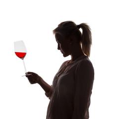 Frau mit Rotwein im Weinglas