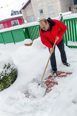 Mann beim Schnee schaufeln
