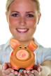 Frau mit Sparschwein spart Geld