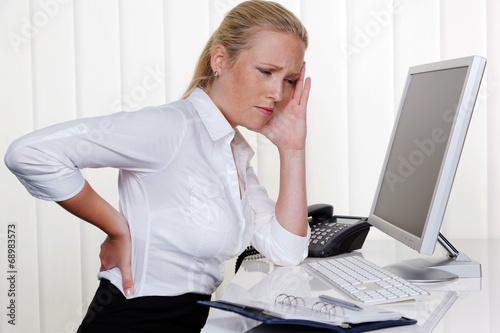 canvas print picture Frau mit Rückenschmerzen im Büro