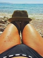 Sulla spiaggia con cappello