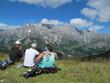 canvas print picture - junge mutter stillt baby am berg