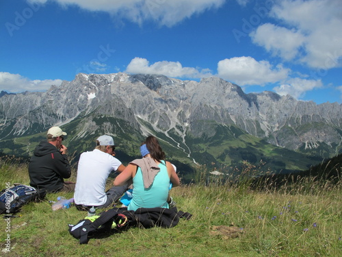 canvas print picture junge mutter stillt baby am berg