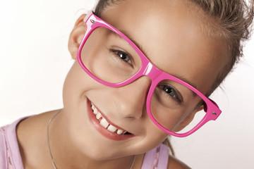 Portrait eines Mädchens mit großer Sonnenbrille