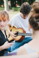 Ragazzi al parco con la chitarra
