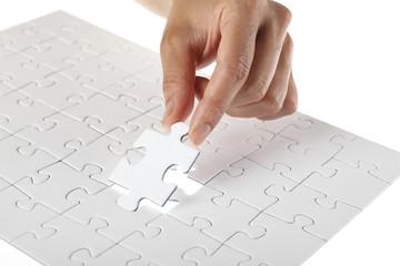 Hand vollständigt weißes puzzle