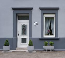 Modernisierte Fassade in grau