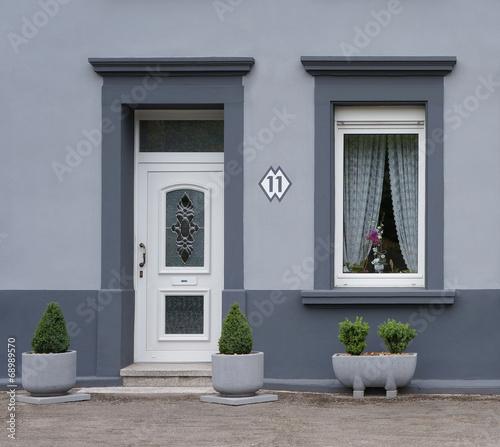 modernisierte fassade in grau stockfotos und lizenzfreie. Black Bedroom Furniture Sets. Home Design Ideas