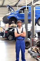 freundlicher KFZ Mechaniker in Werkstatt // succesfull workman