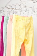 洗濯 干す 乾かす カラフル デニム パンツ