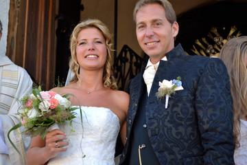 frisch verheiratetes Brautpaar vor der Kirche