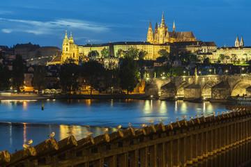 Prager Burg und Fluss Moldau bei nacht
