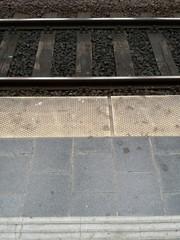 Bahnsteig mit Gleis und Schotter