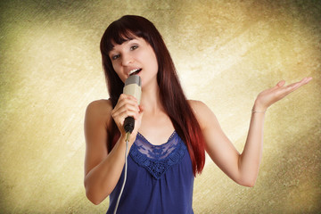 junge hübsche Frau singt