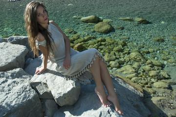 ragazza in riva al fiume