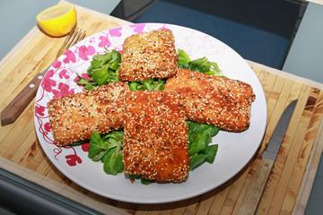 Räuchertofu in Sesamkruste auf Vogerlsalat