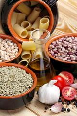 Cocci di terracotta con legumi