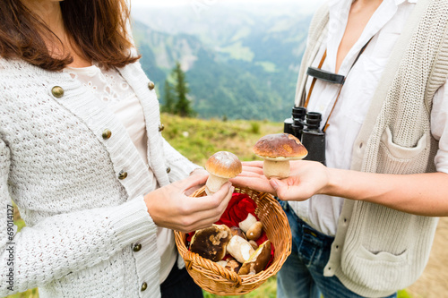 canvas print picture Junge Pilzsucher in den Alpen mit Pilzen