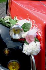 décoration de mariage sur voiture de collection
