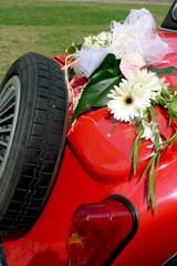 décoration de mariage sur une voiture de collection
