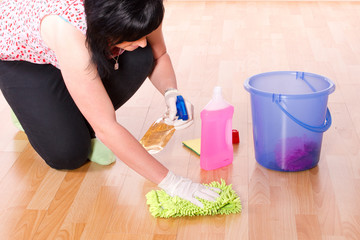 Frau putzt den Laminat Boden