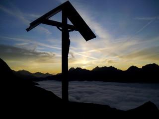 Gipfelkreuz im Sonnenuntergang