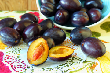 Plate plums and plum, cut in half.