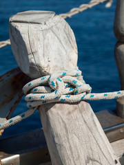 ships rope tied off on a bollard