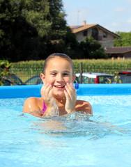 bambina in piscina