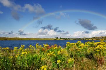 Connemara, Irland, Landschaft mit Regenbogen und See