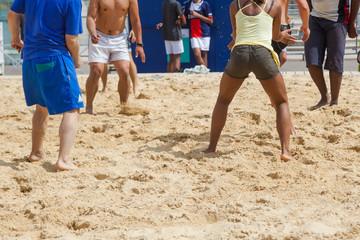 junge Menschen beim Beach-Volleyball