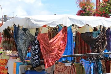 Lesconil, Finistère : mouvement et couleur au marché