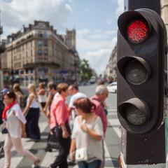 Menschen überqueren in Paris eine Straße