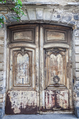 verwitterte alte Türe in Paris
