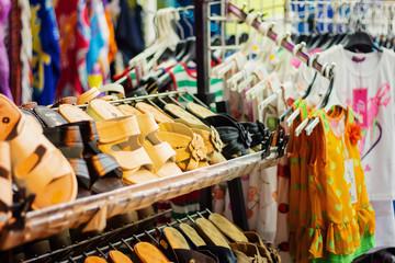 Schuhe und Bekleidung im Geschäft