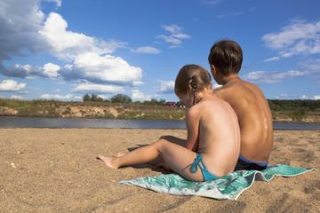 Дети обсыхают на солнышке после купания в реке