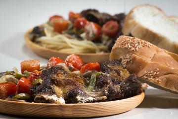 Жареная говядина со спагетти и помидорами черри