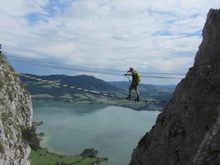 Klettersteiger auf Hängebrücke