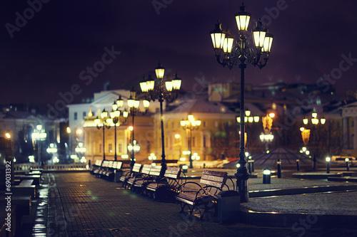 Leinwanddruck Bild benches night city