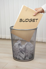 Papierkorb mit Akte - Budget