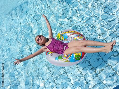 canvas print picture Mädchen in Schwimmreifen